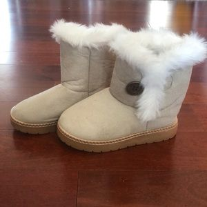 Girls boots fuzzy and stylish 11.5 shoes
